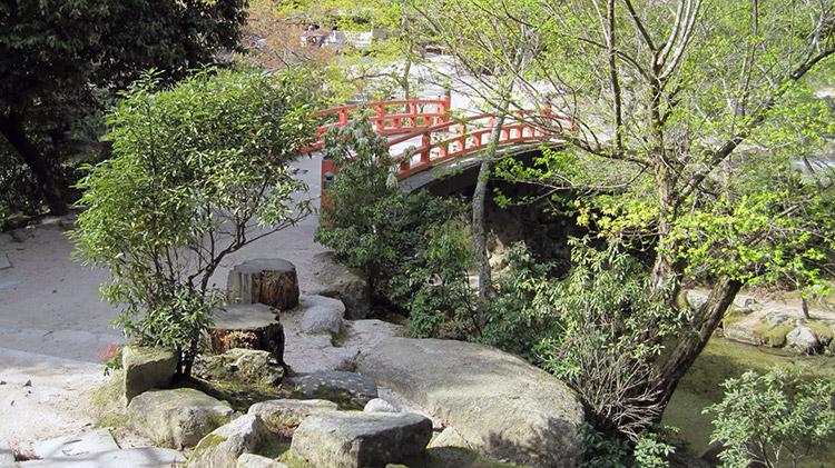 Miyajima-Hiroshima-saison-sakura-parc-momijidani-pont-arque