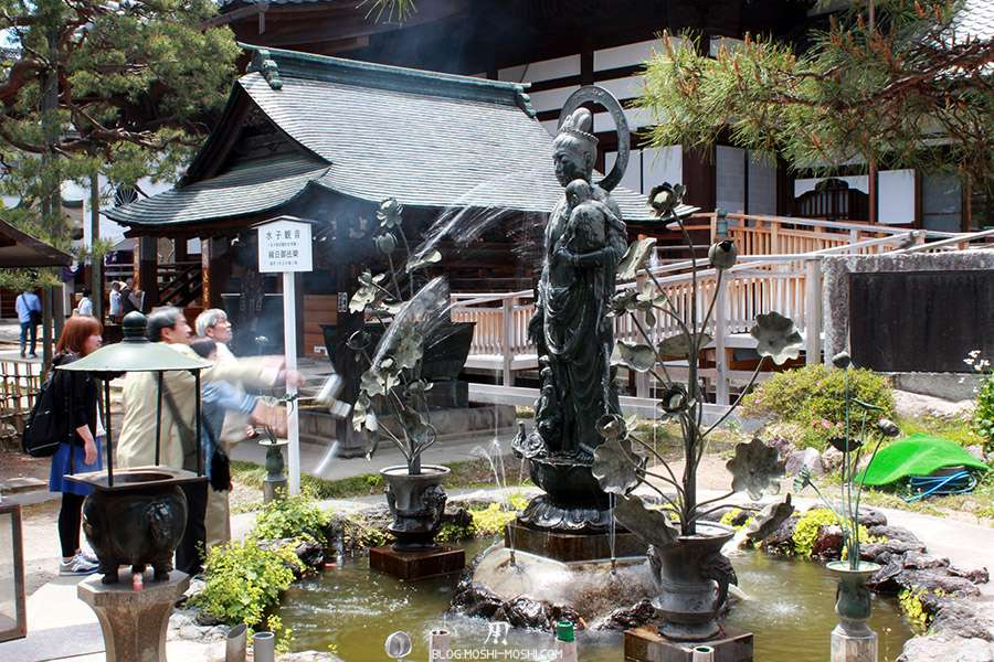 Nagano-temple-Zenko-ji-festival-Gokaicho-arrose-statue-mal