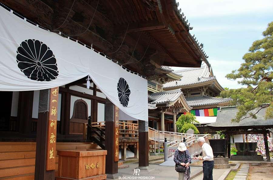 Nagano-temple-Zenko-ji-festival-Gokaicho-batiment-connexe-priere-papy-mammie