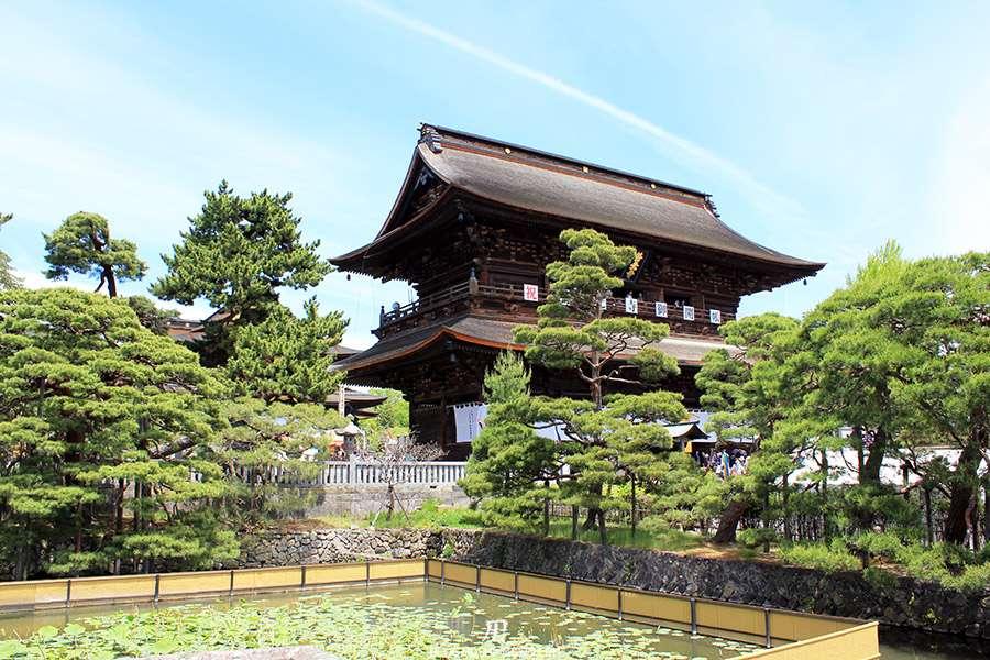 Nagano-temple-Zenko-ji-festival-Gokaicho-honden-etang-nenuphar