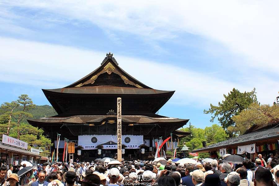 Nagano-temple-Zenko-ji-festival-Gokaicho-honden-foule
