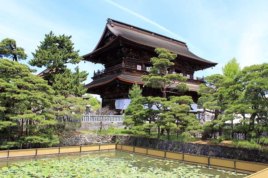 Nagano-temple-Zenko-ji-festival-Gokaicho-honden-nenuphar