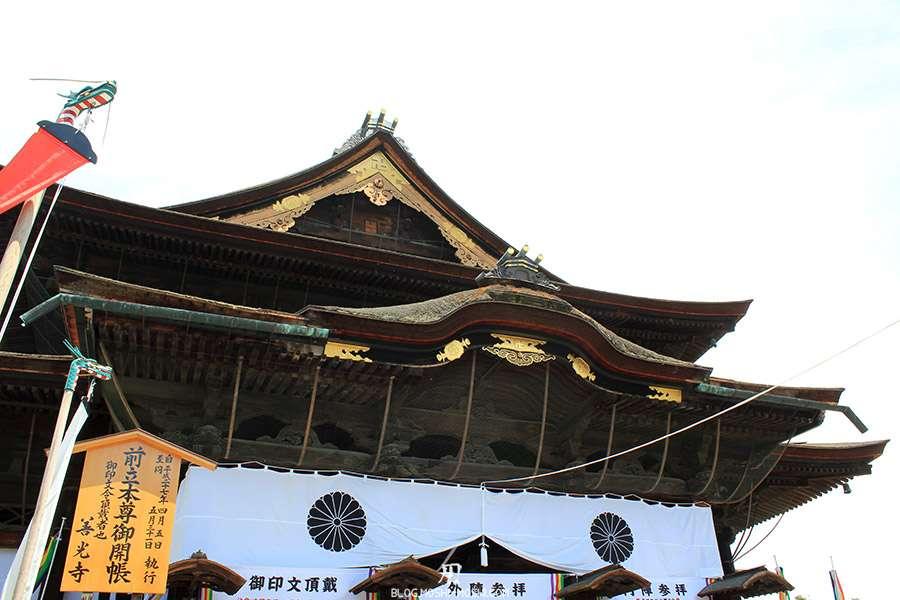 Nagano-temple-Zenko-ji-festival-Gokaicho-honden-toit-gros-plan-dorures