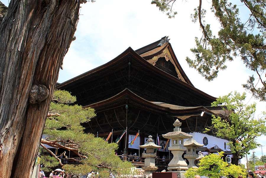 Nagano-temple-Zenko-ji-festival-Gokaicho-honden-vue-cote