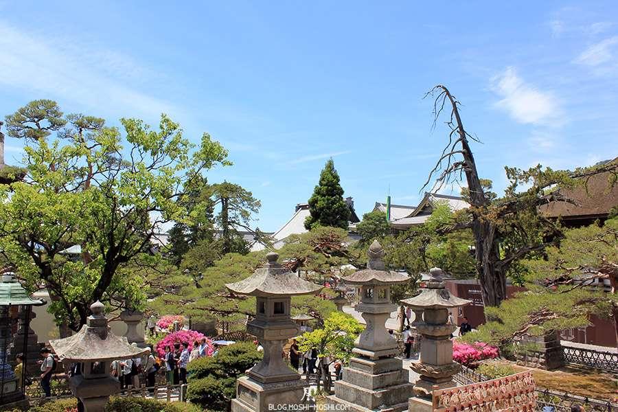 Nagano-temple-Zenko-ji-festival-Gokaicho-lanternes-pierre