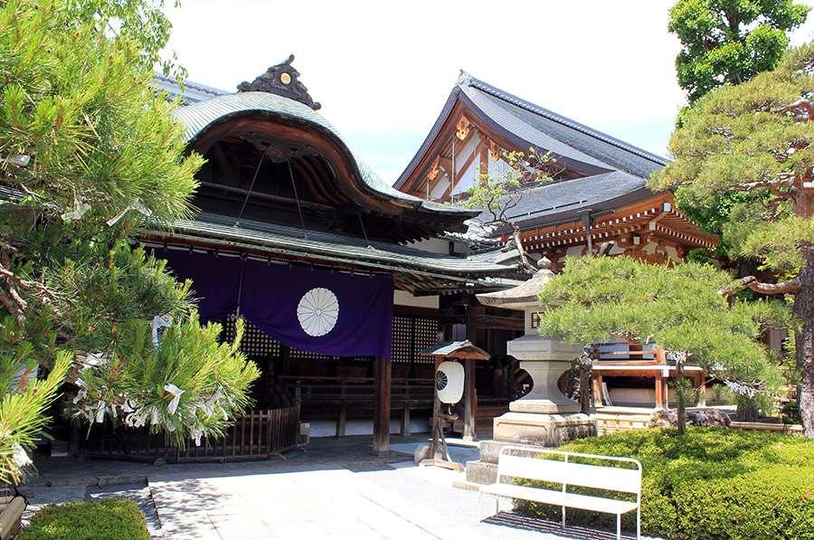 Nagano-temple-Zenko-ji-festival-Gokaicho-pavillons