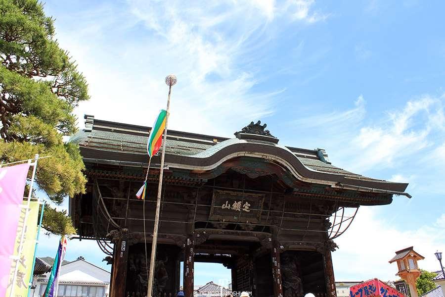 Nagano-temple-Zenko-ji-festival-Gokaicho-porte-niomon-gros-plan