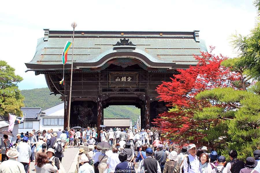 Nagano-temple-Zenko-ji-festival-Gokaicho-porte-niomon