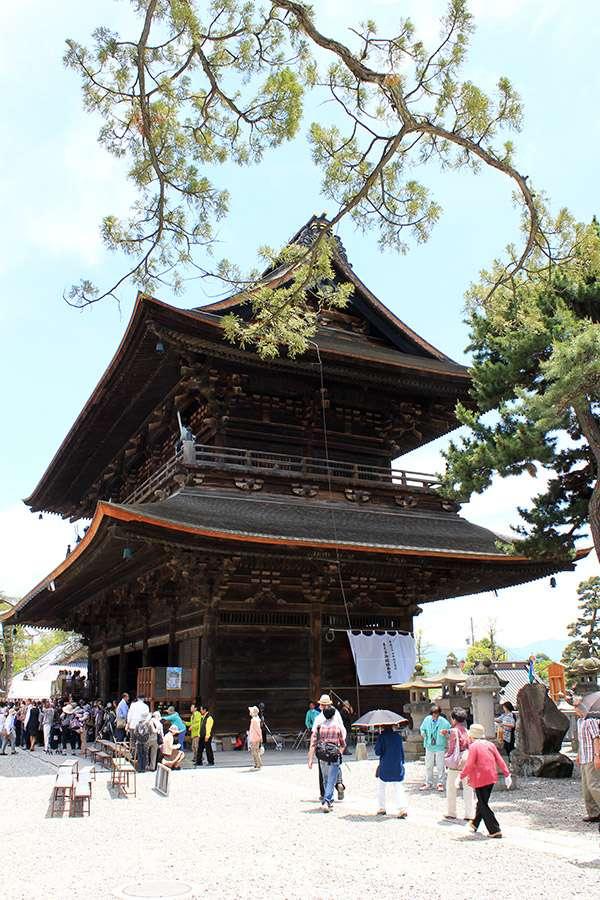 Nagano-temple-Zenko-ji-festival-Gokaicho-porte-sanmon-cote