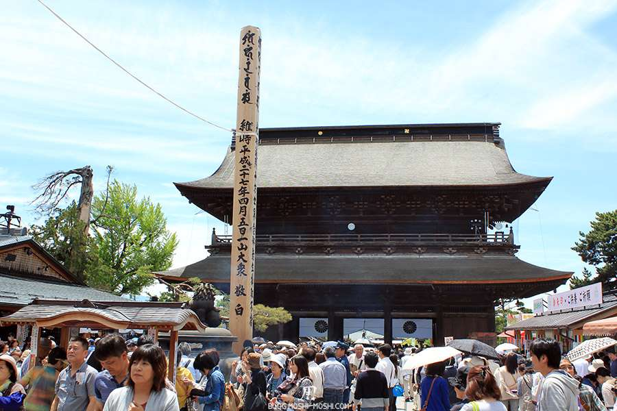 Nagano-temple-Zenko-ji-festival-Gokaicho-porte-sanmon-foule-encens