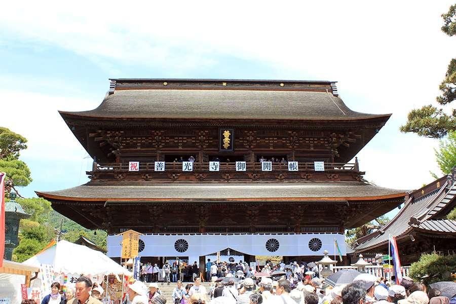 Nagano-temple-Zenko-ji-festival-Gokaicho-porte-sanmon