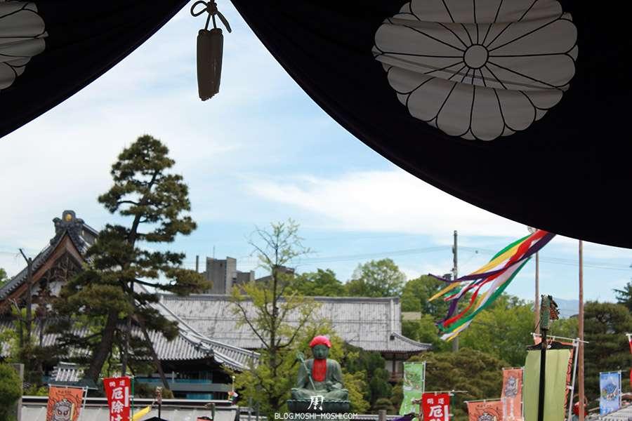 Nagano-temple-Zenko-ji-festival-Gokaicho-rideau-gros-plan-statue