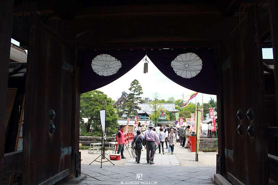 Nagano-temple-Zenko-ji-festival-Gokaicho-rideau-sortie-photo