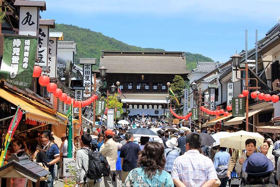 Nagano-temple-Zenko-ji-festival-Gokaicho-rue-commercante-foule