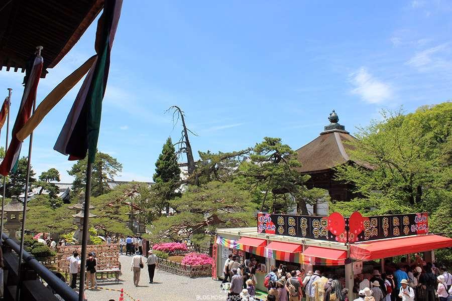 Nagano-temple-Zenko-ji-festival-Gokaicho-stand-amulettes
