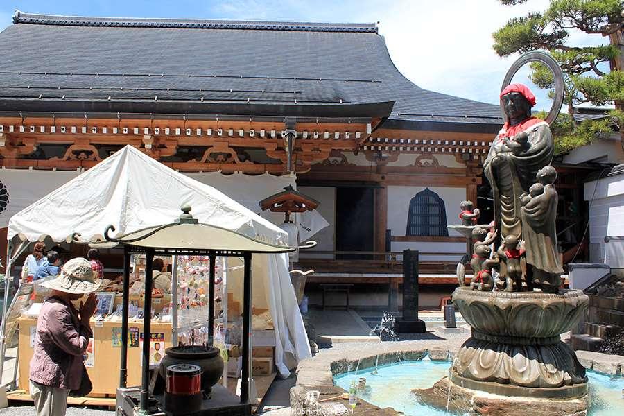 Nagano-temple-Zenko-ji-festival-Gokaicho-statue-enfants