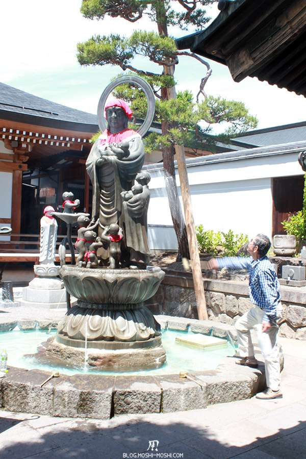 Nagano-temple-Zenko-ji-festival-Gokaicho-statue-jiji-arrose
