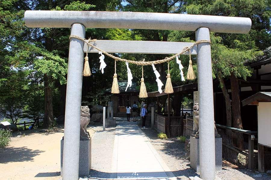 Nagano-plantation-wasabi-ferme-Daio-Wasabi-torii-pierre