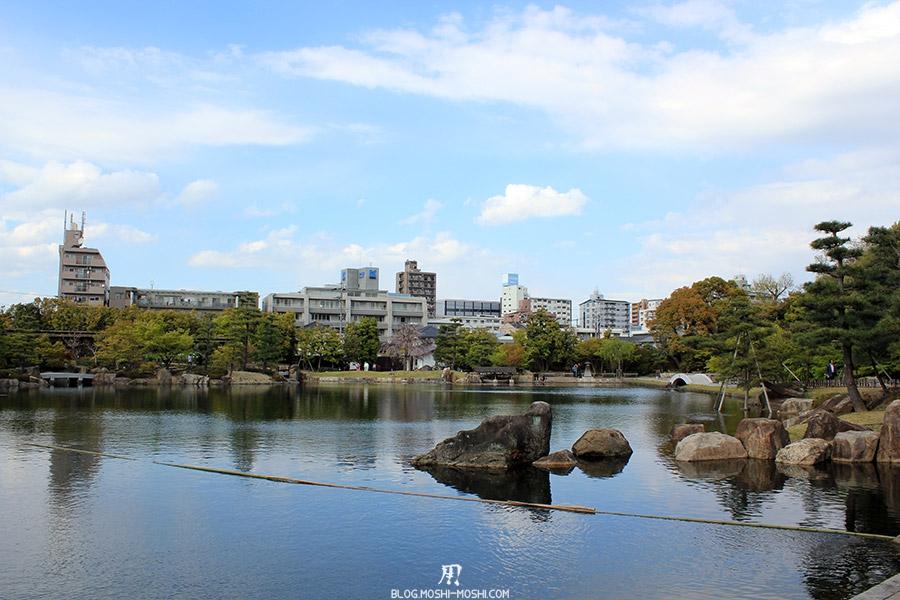tokugawaen-parc-nagoya-etang-buildings-arriere