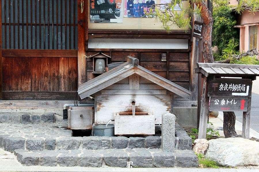 narai-juku-village-etape-nakasendo-fontaine-a-eau-traditionnelle