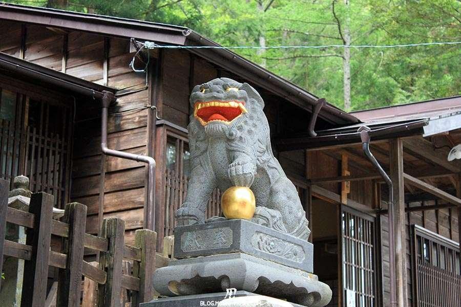 narai-juku-village-etape-nakasendo-shizume-jinja-komainu