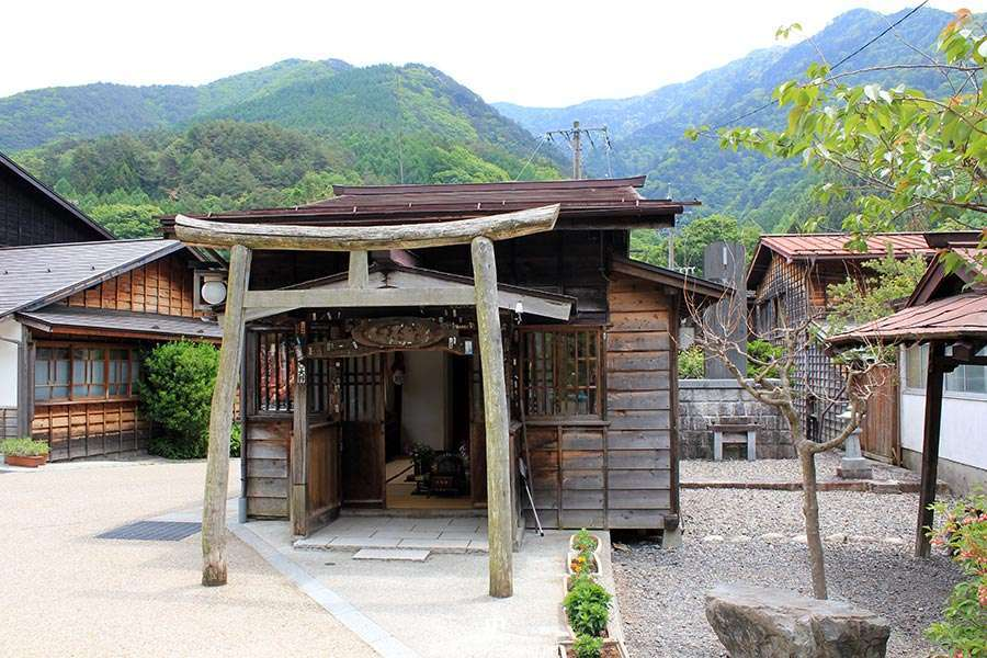 narai-juku-village-etape-nakasendo-vieux-torii-bois