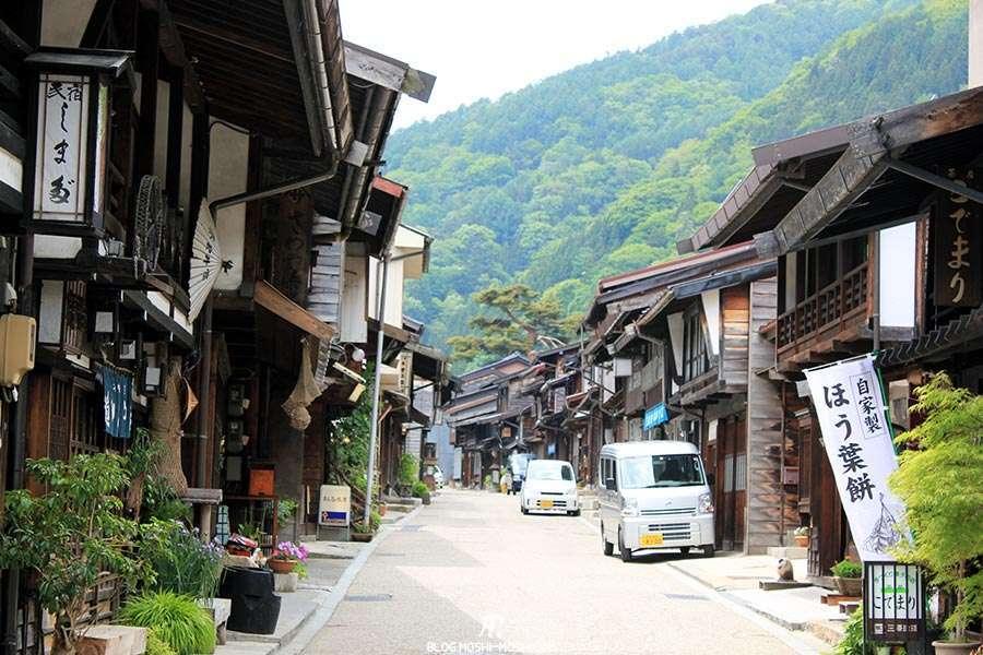 narai-juku-village-etape-nakasendo-vue-montagne
