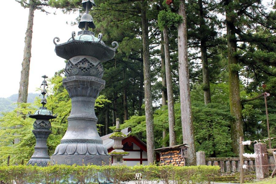 Nikko-rinno-ji-lanterne