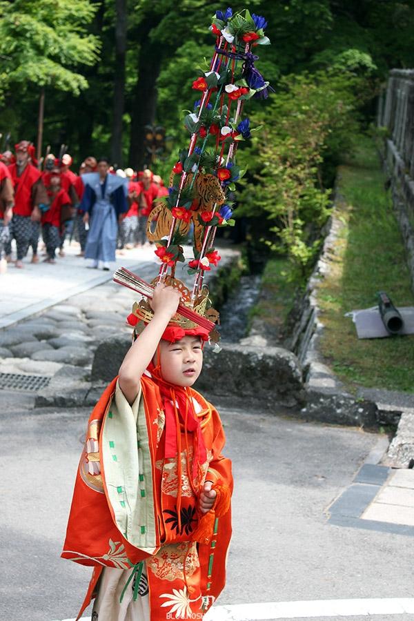 nikko-shunki-reitaisai-matsuri-grand-festival-de-printemps-defile-enfant-tiens-couronne-fleurs