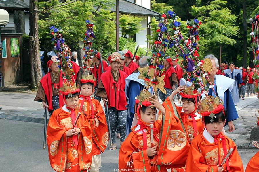 nikko-shunki-reitaisai-matsuri-grand-festival-de-printemps-defile-enfants-chapeau-bizarre