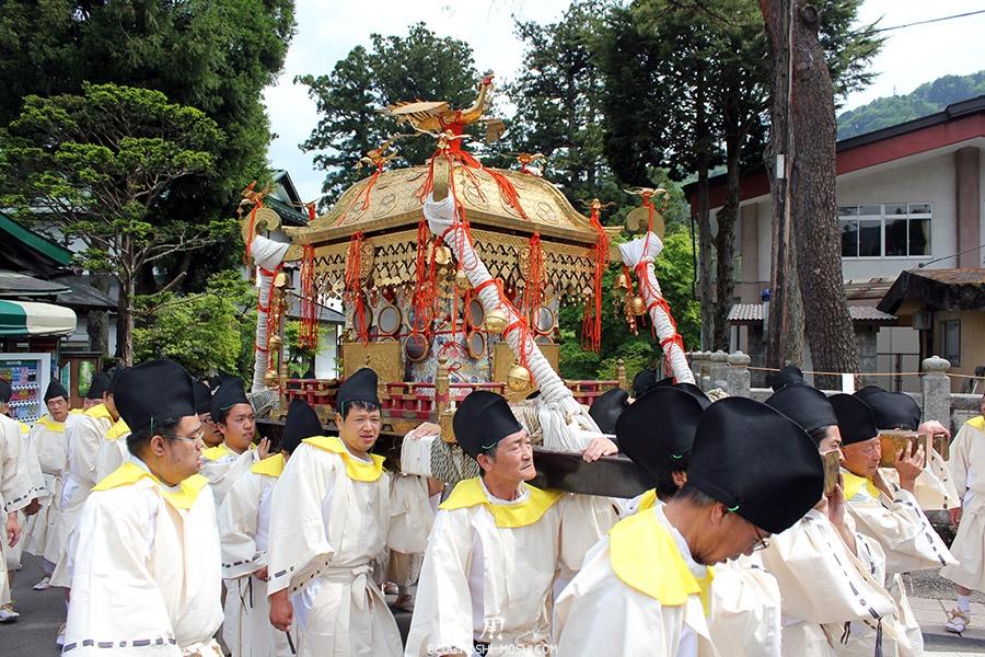 nikko-shunki-reitaisai-matsuri-grand-festival-de-printemps-defile-mikoshi-sacree-shogun-vue-cote