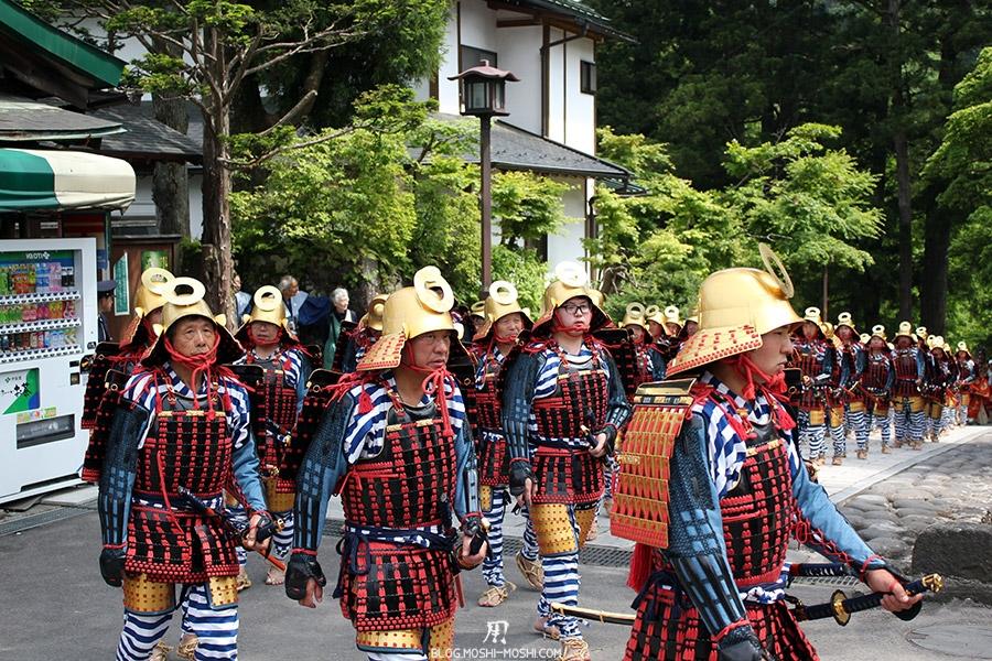 nikko-shunki-reitaisai-matsuri-grand-festival-de-printemps-defile-samurai-main-sur-katana