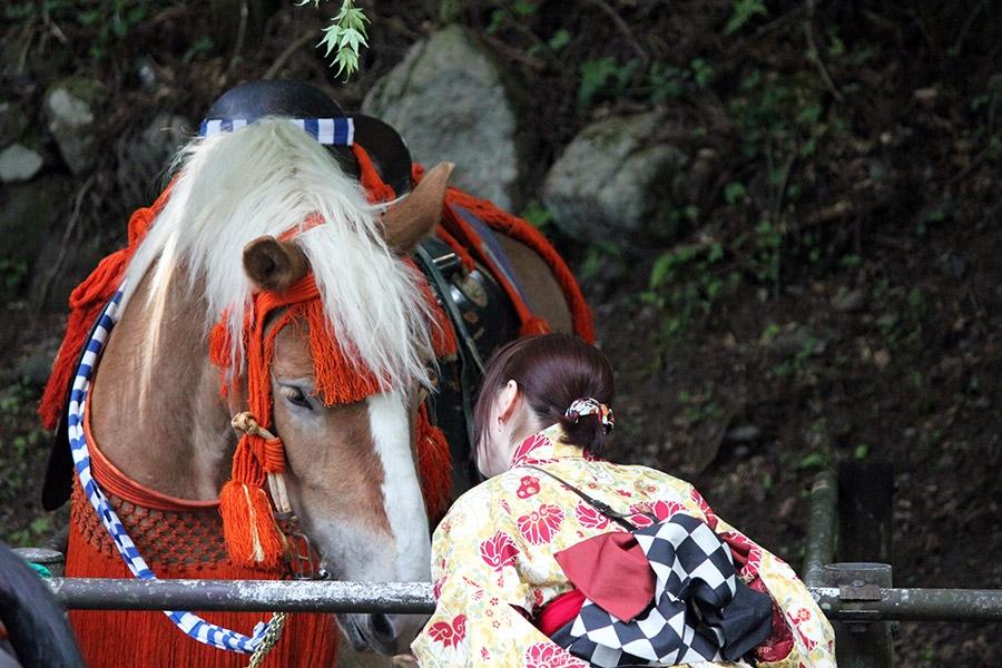 nikko-shunki-reitaisai-matsuri-grand-festival-de-printemps-jeune-fille-yukata-communication-cheval
