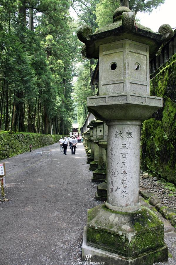 Nikko-tosho-gu-allee-lanternes