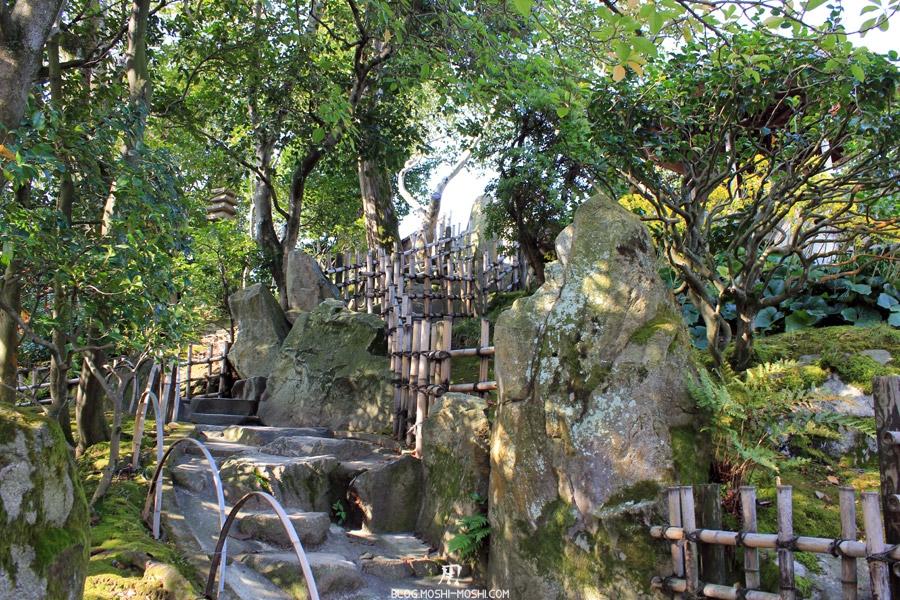 okayama-jardin-koraku-en-saison-momiji-chemin-pierre