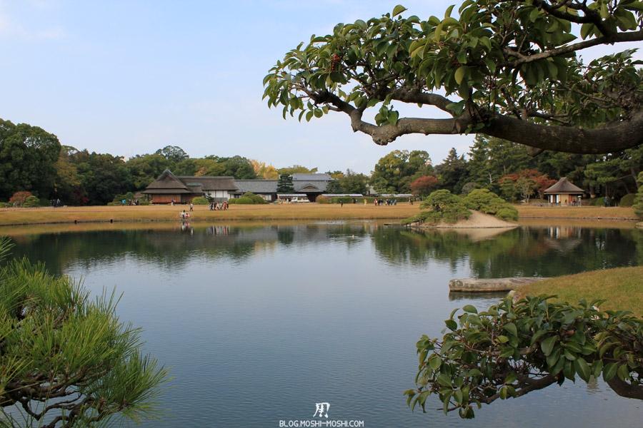 okayama-jardin-koraku-en-saison-momiji-etendu-eau