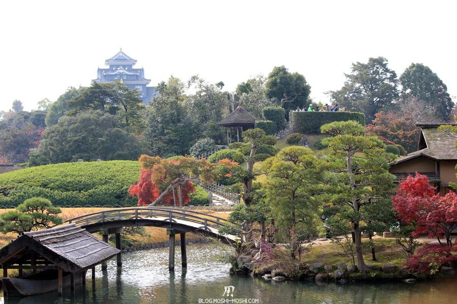 okayama-jardin-koraku-en-saison-momiji-ilot-pont-bois-chateau