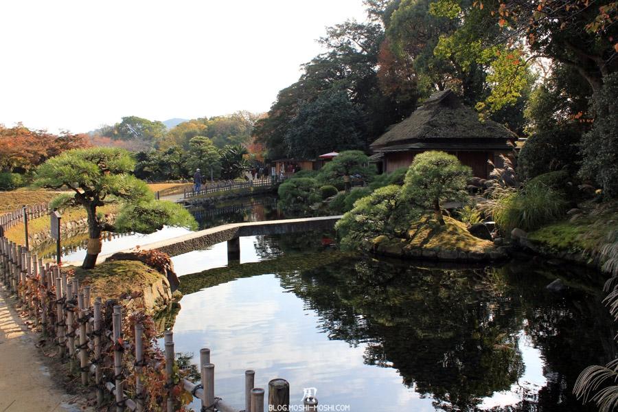 Okayama-jardin-koraku-en-saison-momiji-petit-plan-eau-maison-chaume