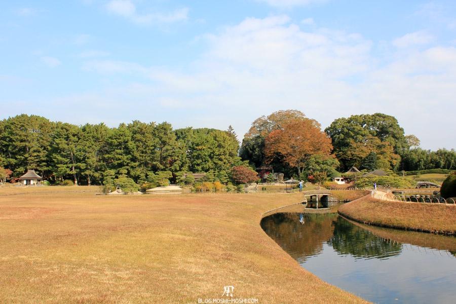 okayama-jardin-koraku-en-saison-momiji-vaste-etendue-riviere