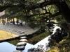 okayama-jardin-koraku-en-saison-momiji-pas-japonais-sur-eau
