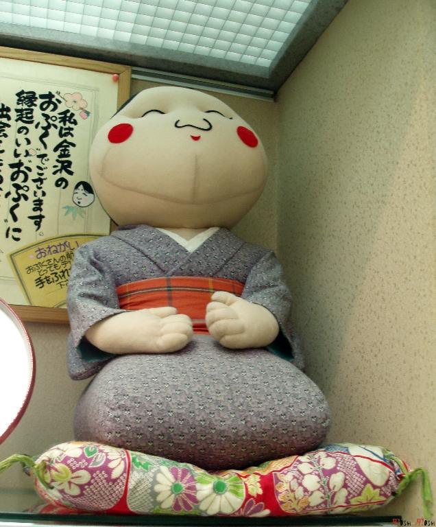 sous-sol-gare-kanazawa-enorme-poupee-tissu