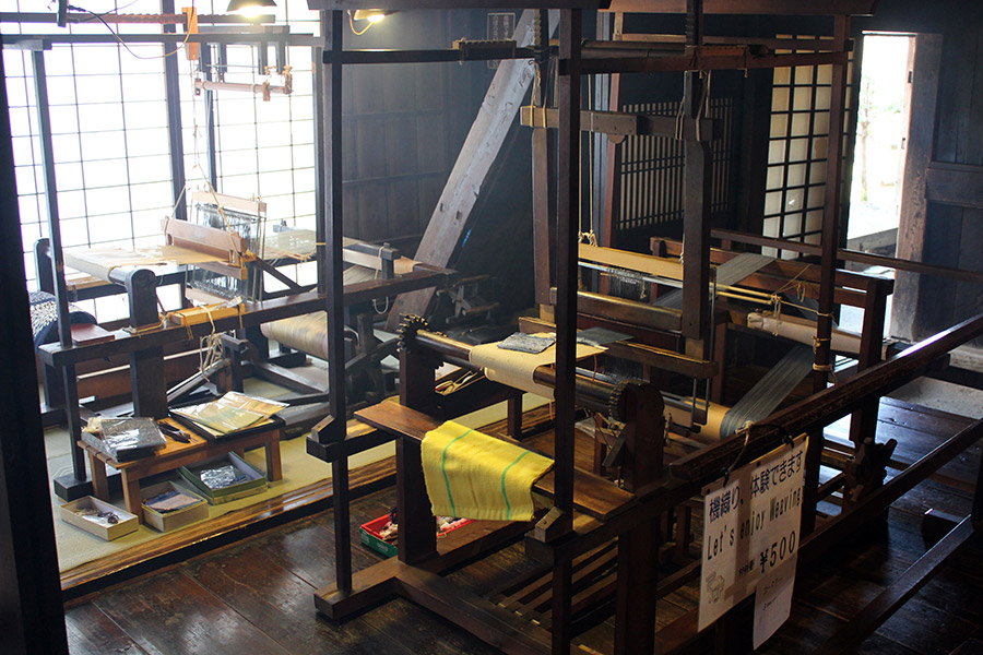 hida-no-sato-village-folklorique-musee-takayama-gifu-ancienne-maison-bois-cours-tissage