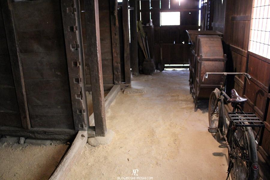 hida-no-sato-village-folklorique-musee-takayama-gifu-ancienne-maison-toit-chaume-interieur-coin-animaux