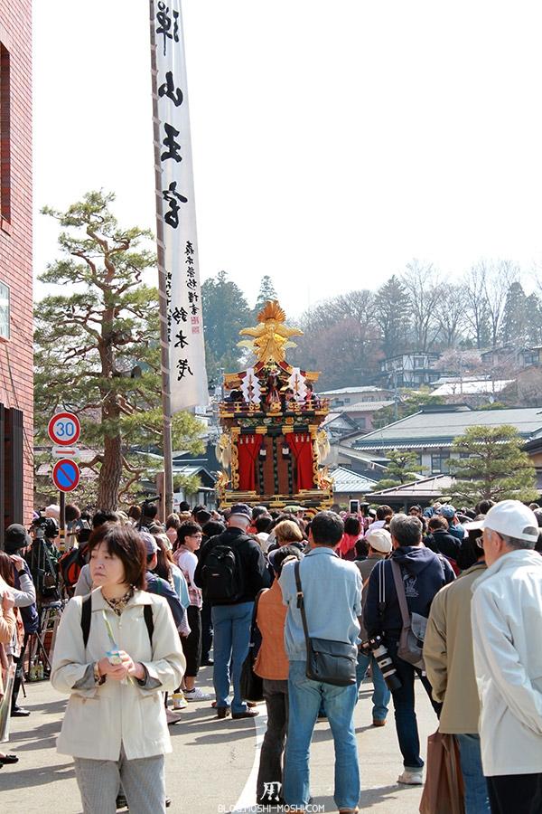 Takayama-sanno-matsuri-foule-yatai