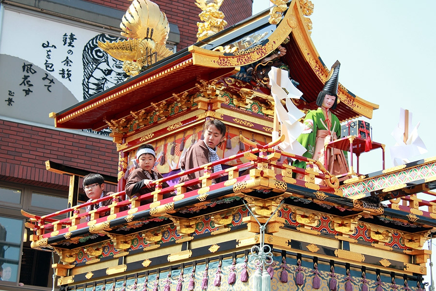 takayama-sanno-matsuri-yatai-enfants-marionette