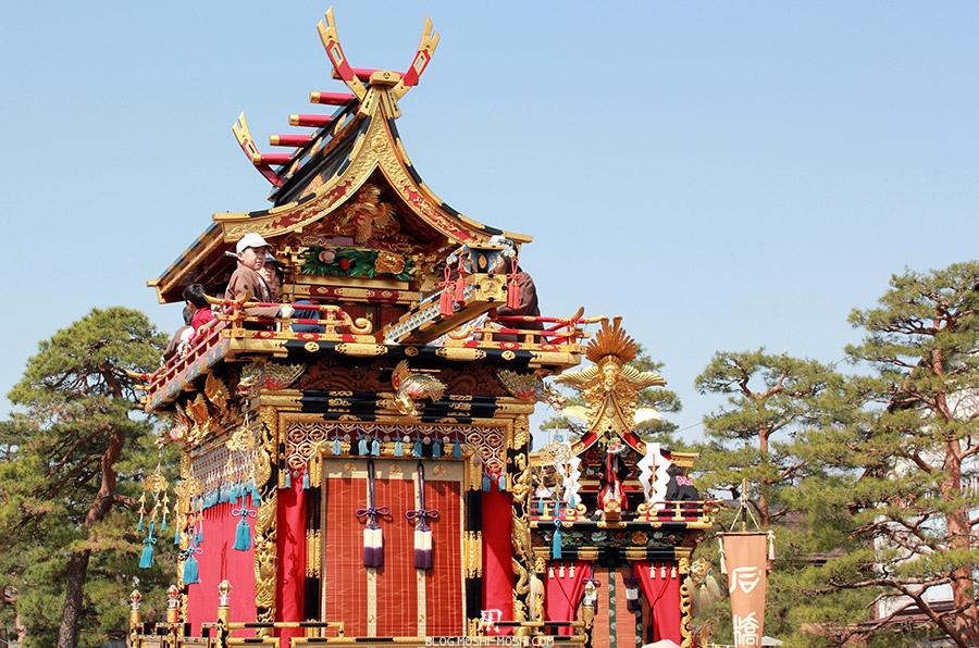 takayama-sanno-matsuri-yatai-enfants-perches