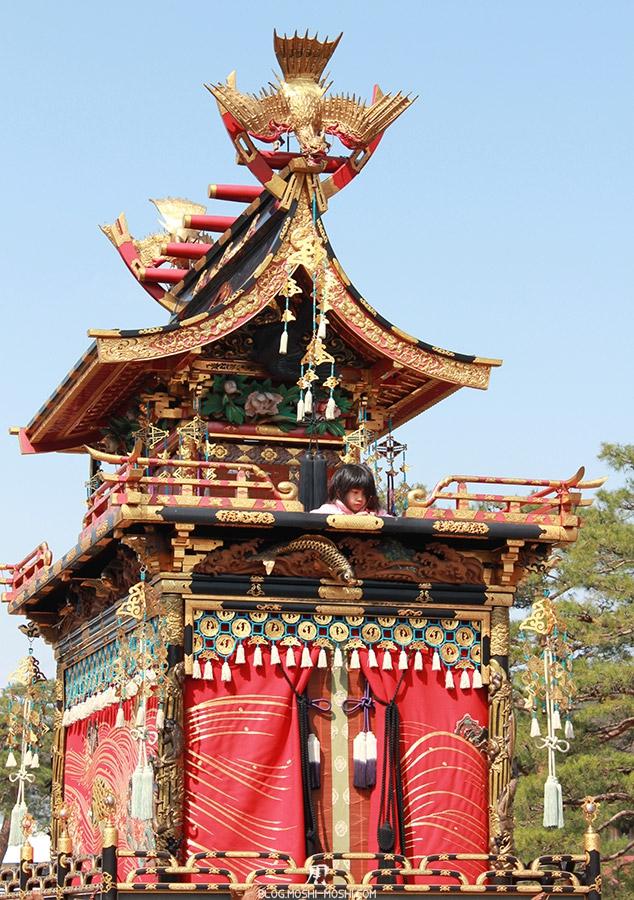 Takayama-sanno-matsuri-yatai-petite-fille-perchee