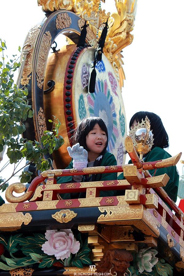 Takayama-sanno-matsuri-yatai-petites-filles