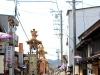 takayama-sanno-matsuri-yatai-tous-a-la-queue-rue-etroite