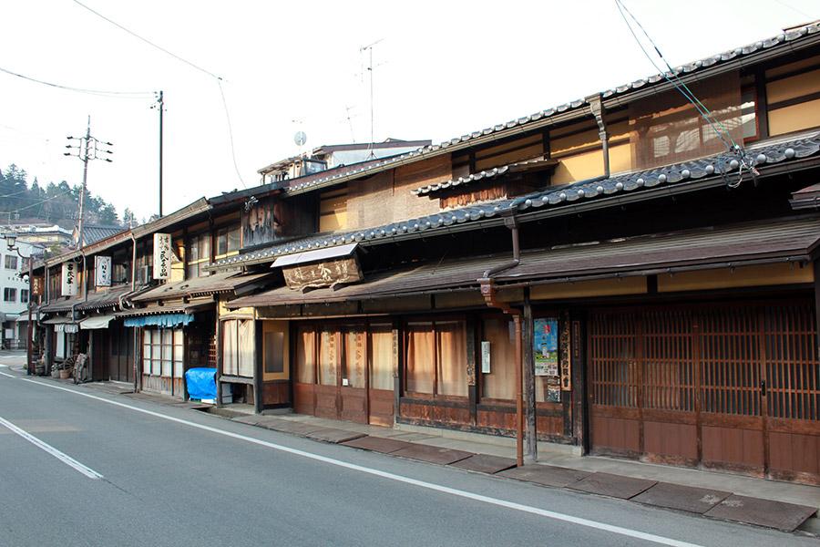 takayama-vieux-quartier-tot-le-matin-anciennes-facades